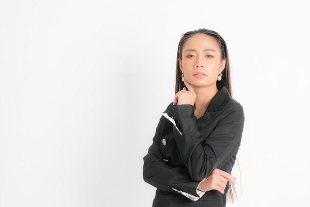 Katalog w stylu mody odzież dla kobiety biznesu czarne długie włosy naturalny makijaż nosić czarny garnitur kostium