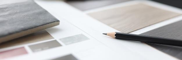 Katalog z próbkami podłóg drewnianych jest na stole