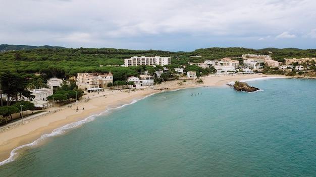 Katalońska plaża na costa brava w katalonii, hiszpania