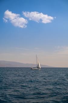 Katamaran żaglowy jacht pływający po ciemnoniebieskiej wodzie morskiej
