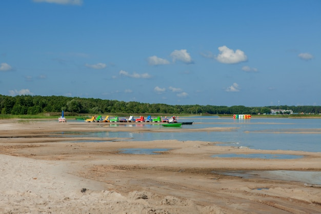 Katamarany na plaży. jasne kolorowe rowery wodne na plaży.