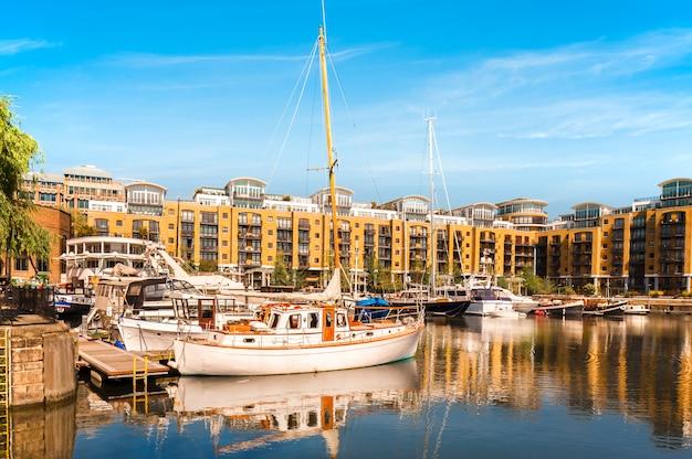 Katarine dokuje w londynie, łodzie i jachty z odbiciem