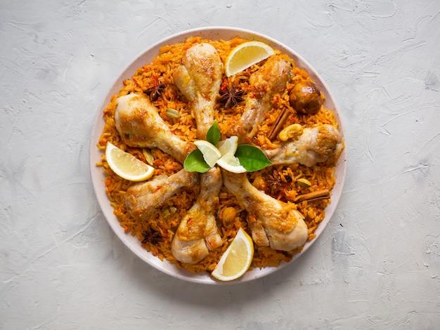 Katarski kurczak majboos - danie narodowe bahrajnu i kataru. kuchnia arabska.