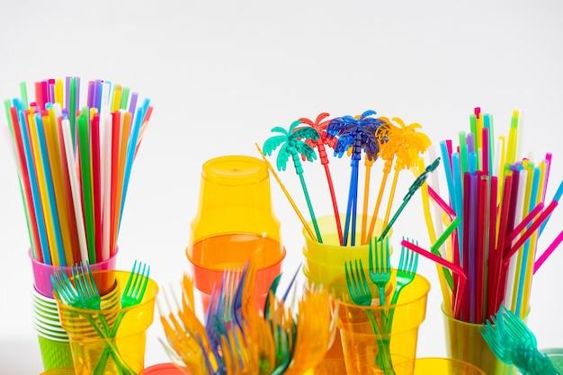 Katastrofa ekologiczna. kolorowe toksyczne narzędzia i przydatne przedmioty jednorazowego użytku pokazujące zły stan naszej natury i zanieczyszczenie planety
