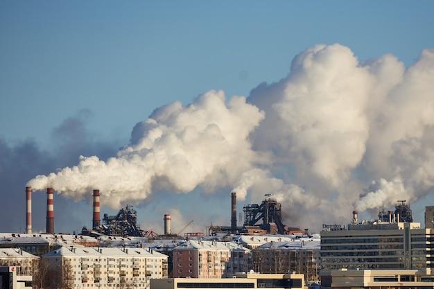 Katastrofa ekologiczna. złe środowisko w mieście. szkodliwe emisje do środowiska. dym i smog. zanieczyszczenie atmosfery przez fabrykę. spaliny