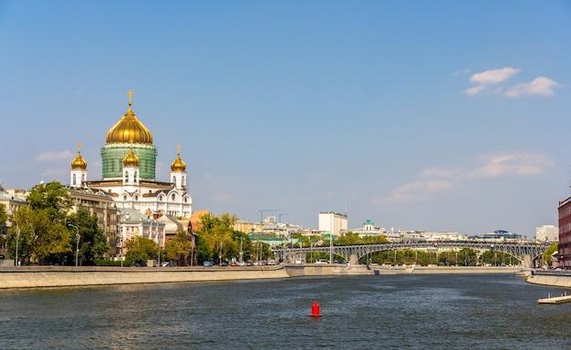 Katedra chrystusa zbawiciela i patriarshy bridge w moskwie
