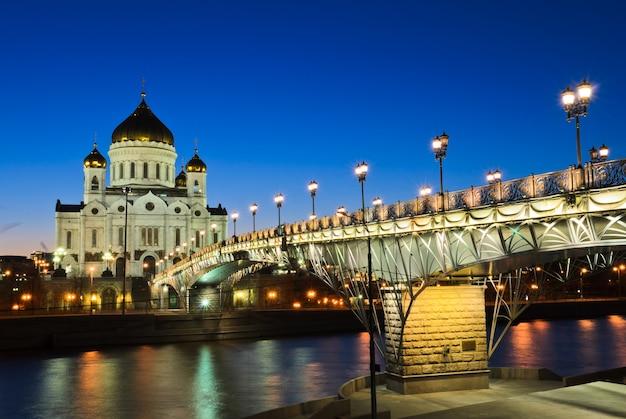Katedra chrystusa zbawiciela oświetlony o zmierzchu w moskwie, rosja
