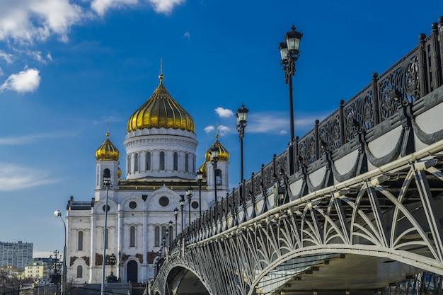 Katedra chrystusa zbawiciela w moskwie, rosja, z mostem nad rzeką moscova