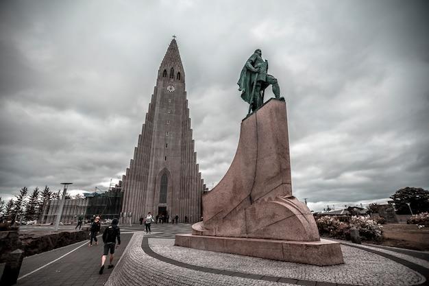 Katedra hallgrímskirkja najsłynniejsza w reykjaviku. islandia