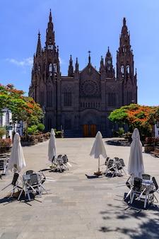 Katedra lub kościół kanaryjskiego miasta arucas na wyspie gran canaria, główna fasada na rynku miejskim. hiszpania. europa.