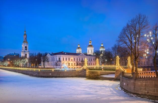 Katedra marynarki wojennej św. mikołaja i świąteczne gwiazdy na drzewie w petersburgu i na kanale kryukov pod błękitnym nocnym niebem