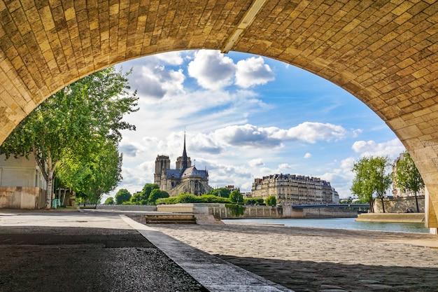 Katedra notre dame de paris na pięknym niebie i chmurze.