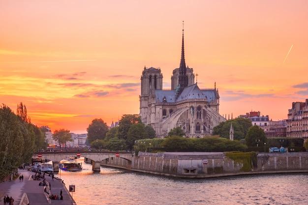 Katedra notre dame de paris o zachodzie słońca w paryżu, francja
