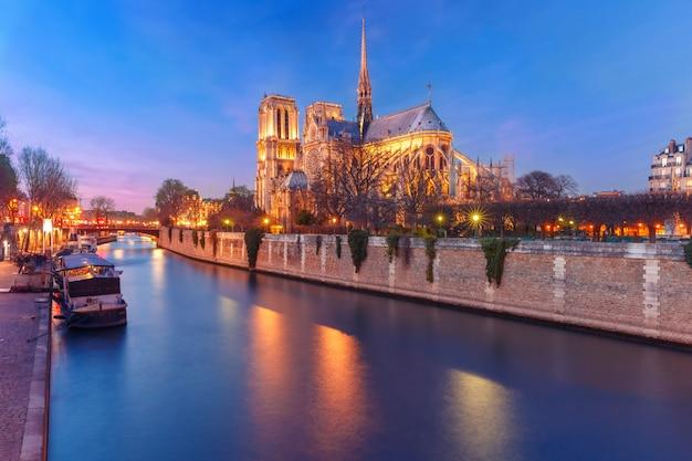Katedra notre dame de paris przy zmierzchem, francja