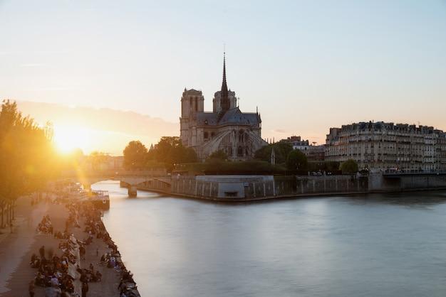 Katedra notre dame de paris z wonton rzeką przy zmierzchem. paryż, francja.