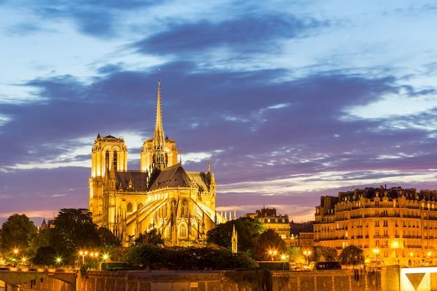 Katedra notre dame w paryżu o zmierzchu
