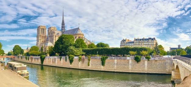 Katedra notre dame w paryżu w jasny dzień na wiosnę