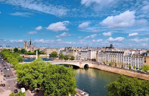 Katedra notre-dame w paryżu wiosną, widok z lotu ptaka