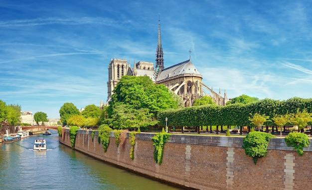 Katedra notre dame w paryżu z pobliskiego mostu