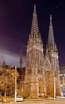 Katedra Rzymskokatolicka św. Mikołaja W Kijowie Nocą Premium Zdjęcia