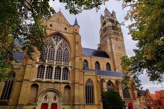 Katedra saint salvator wykonana ze starych cegieł na starożytnej średniowiecznej ulicy w brugii brugge