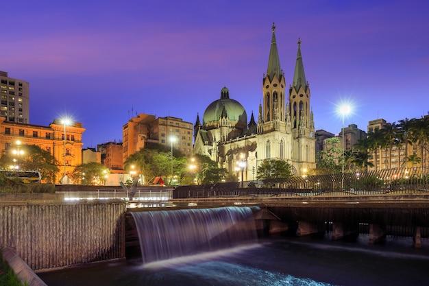 Katedra se w centrum sao paulo w brazylii o zmierzchu