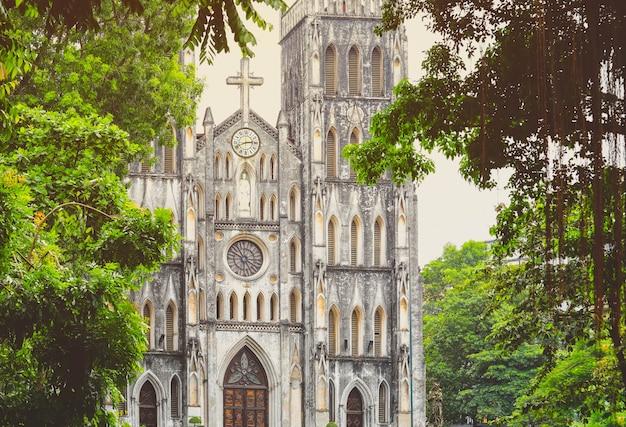 Katedra św. józefa to gotycki kościół odrodzenia w hanoi w wietnamie