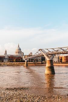 Katedra św. pawła i most milenijny o zachodzie słońca
