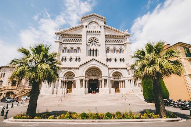 Katedra świętego mikołaja otoczona zielenią w świetle słonecznym w ciągu dnia w monako