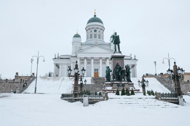 Katedra świętego mikołaja w helsinkach w finlandii w zimowy dzień