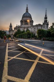Katedra świętego pawła ze szlakami z samochodów i autobusów w londynie