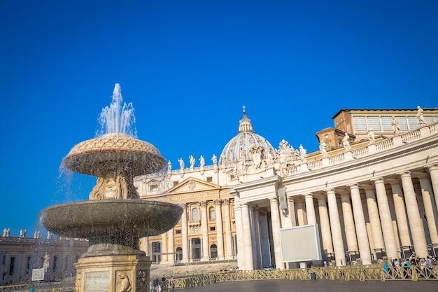 Katedra świętego piotra w watykanie ze słynną kopułą, wczesny poranek i wciąż niewielu turystów.