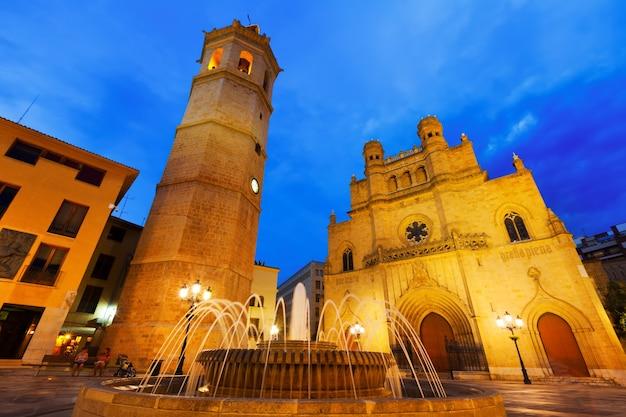 Katedra w castellón de la plana w nocy. hiszpania