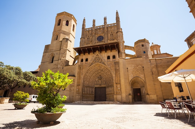 Katedra w huesca w słoneczny dzień. aragonii