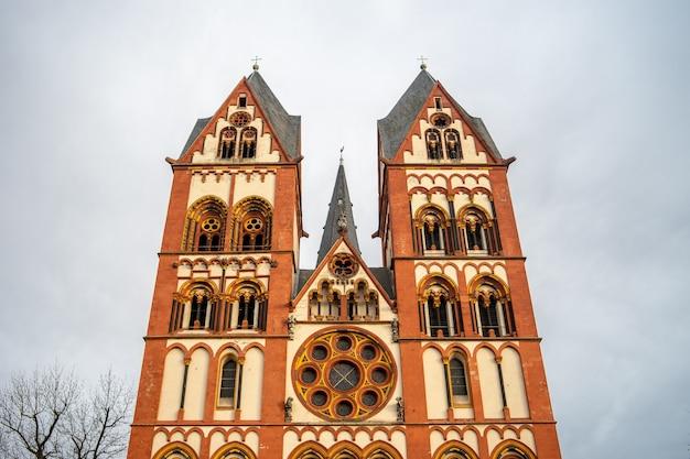 Katedra w limburgii pod zachmurzonym niebem i światłem słonecznym w niemczech