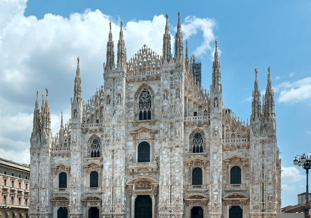 Katedra w mediolanie lub duomo di milano (włochy). budowa rozpoczęła się w 1386 roku, ale zakończyła się dopiero w 1813 roku.