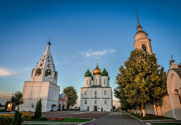 Katedra w mieście na placu katedralnym kremla