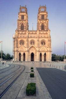 Katedra w orleanie, francja. kościół świętego krzyża, kultu katolickiego pod patronatem świętego krzyża w orleanie.