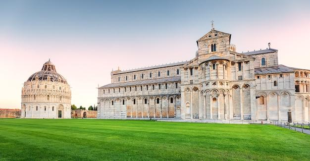 Katedra w pizie i baptysterium św jana o wschodzie słońca włochy