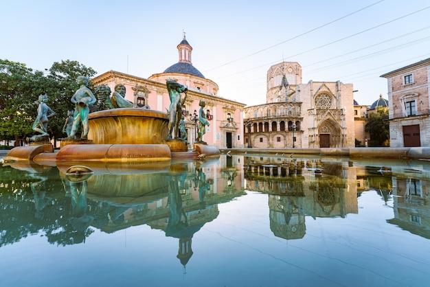 Katedra w walencji odbita na stojącej wodzie. plaza de la virgen. element krajobrazu.