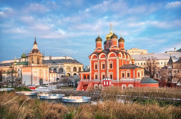 Katedra znamensky na ulicy varvarka w moskwie w promieniach porannego wiosennego słońca