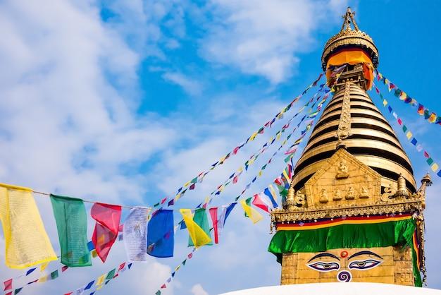 Kathesimbhu stupa z oczami buddy i kolorowymi flagami modlitewnymi w katmandu, nepal