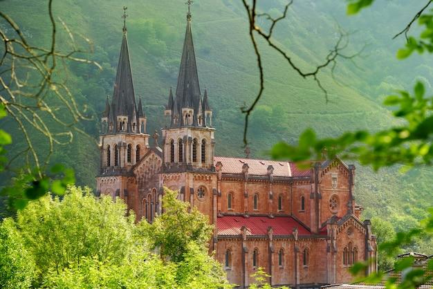 Katolickie sanktuarium covadonga bazylika asturii