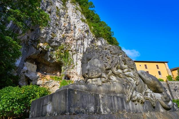 Katolickie sanktuarium w covadonga santa cave w asturii