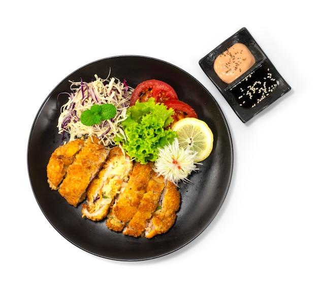 Katsu nadziewane mieszanką warzyw i serów wewnątrz smażone w głębokim tłuszczu katsu koreańsko-japońskie jedzenie fusion serwowane w sosie do dekoracji warzyw