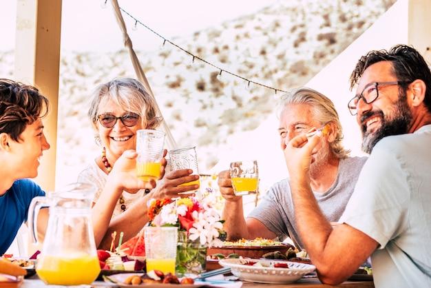 Kaukascy ludzie szczęśliwa wesoła rodzina jedzą razem lunch w przyjaźni