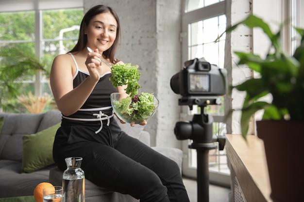 Kaukaska blogerka robi vlog jak dietę i schudnąć.