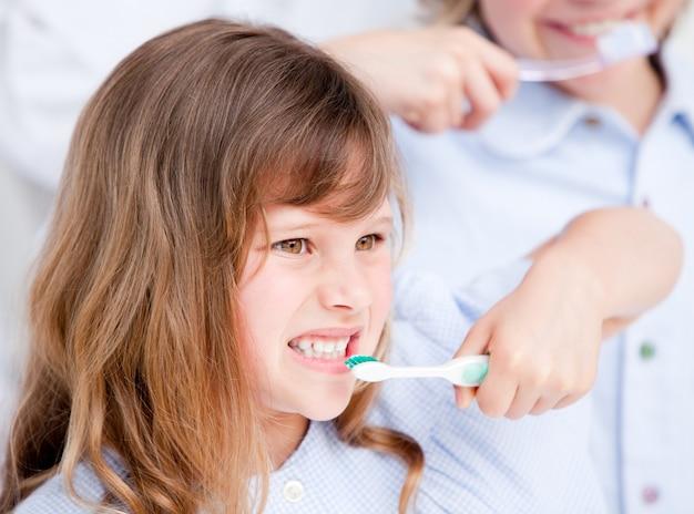 Kaukaska dziewczyna szczotkuje jego zęby