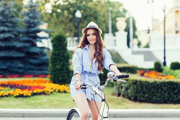 Kaukaska dziewczyna z rowerem