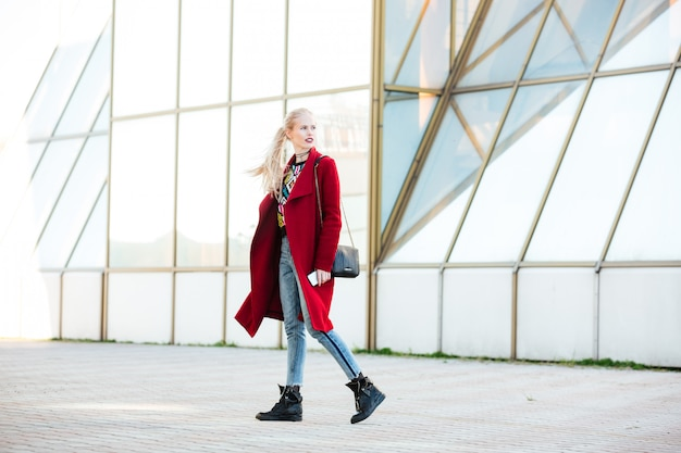 Kaukaska kobieta chodzi outdoors